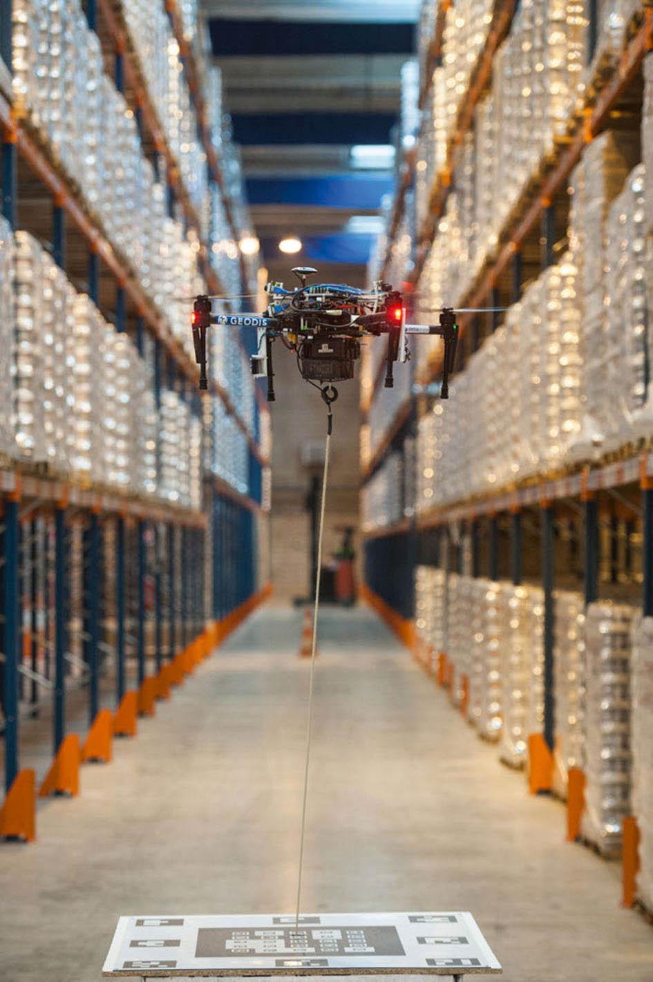 Spíše než k doručování zásilek by se drony mohly v blízké budoucnosti využívat k provádění inventur ve výškových skladech, kde by při tomto zdlouhavém a nepříliš bezpečném procesu nahradily lidi.