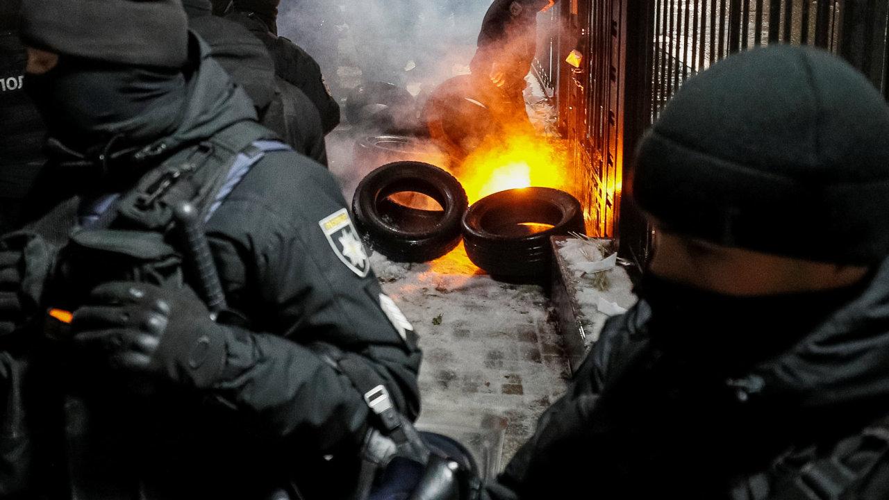 Příslušníci Národní gardy brání ruskou ambasádu v Kyjevě před demonstranty. Protesty vypukly po zprávě o zadržení tří ukrajinských lodí Ruskem.
