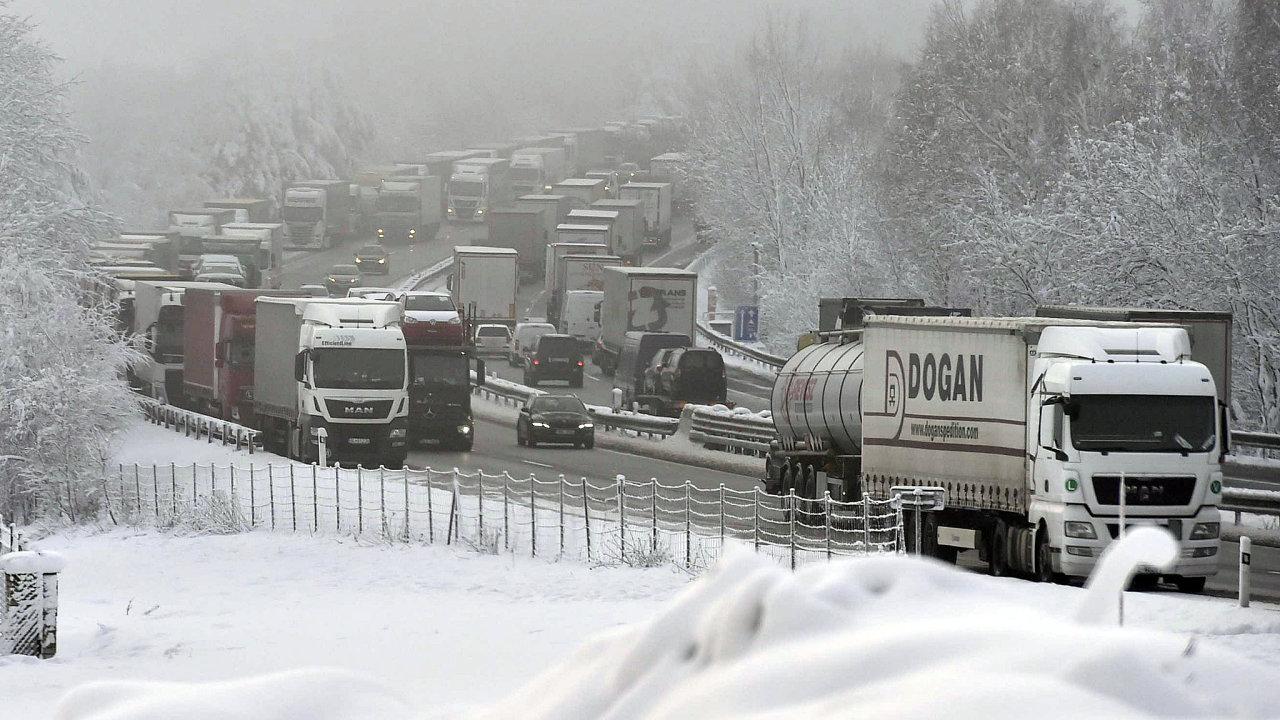 Provoz na D1 začal kolabovat už ve středu odpoledne po hustém sněžení.
