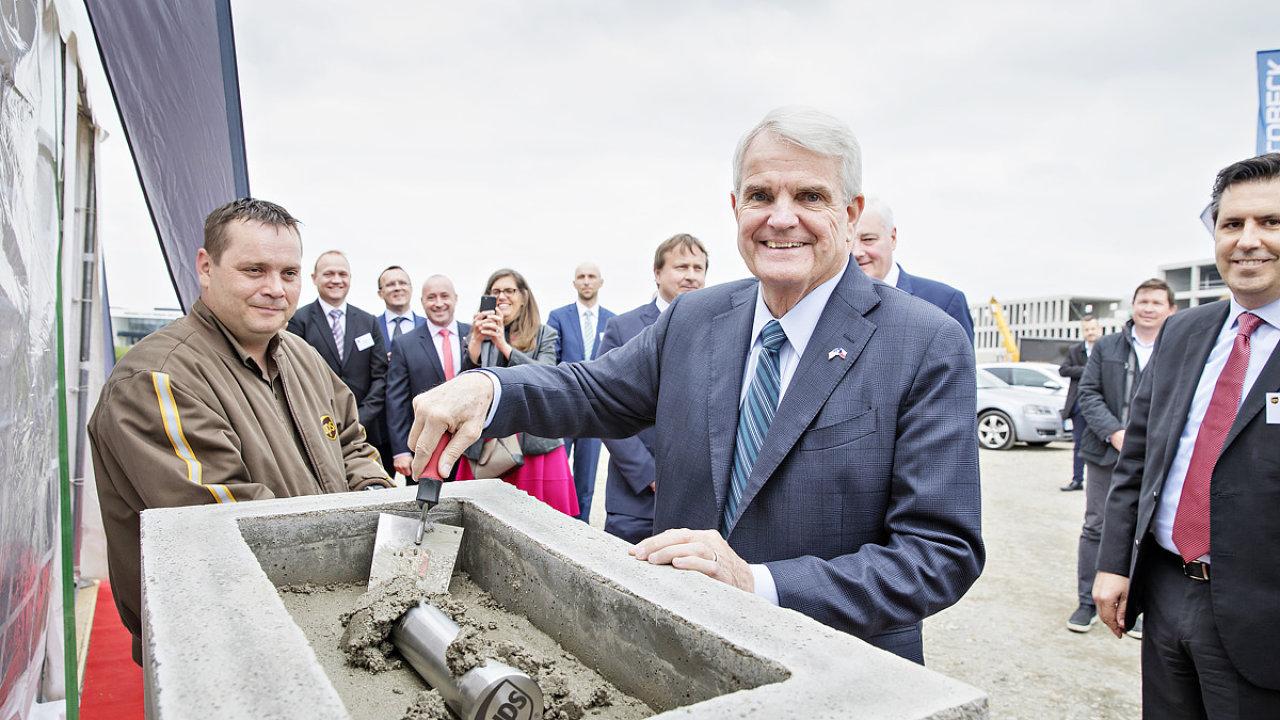 Oficiálního zahájení stavby nového logistického centra UPS a uložení časové schránky se zúčastnil i americký velvyslanec v ČR Stephen B. King.