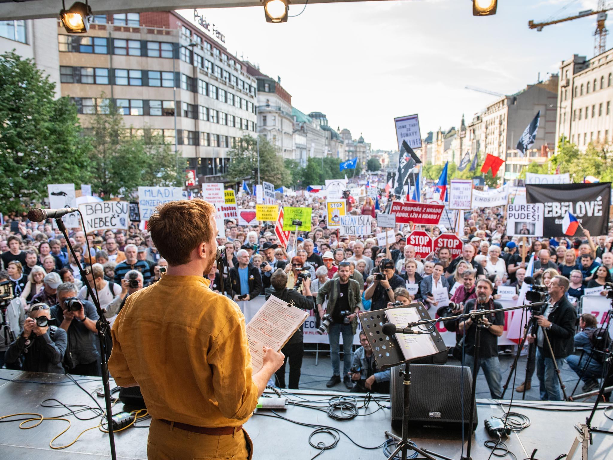 Mikuláš Minář z Milionu chvilek pro demokracii hovoří k zástupům. Václavské náměstí v Praze, 21. května.