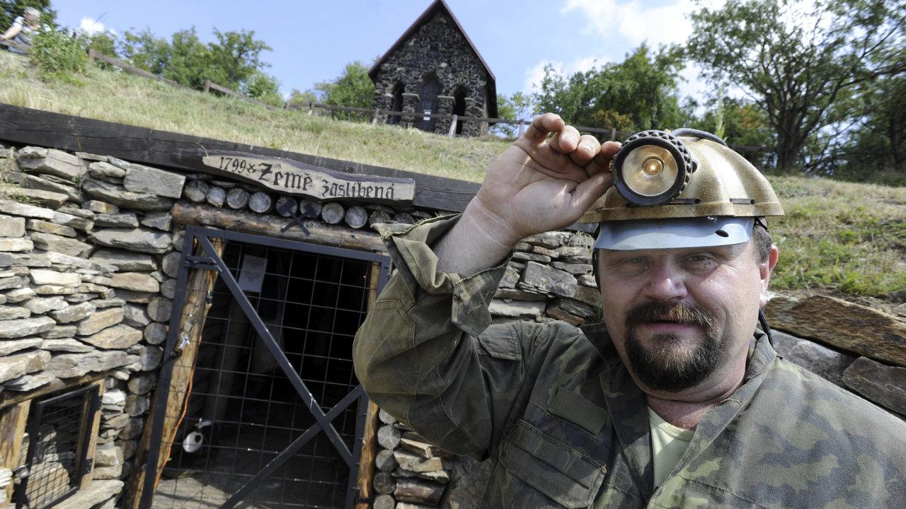 Na snímku místopředseda občanské společnosti Historické rudné doly Mědník Ivan Cáder před vchodem do štoly Země zaslíbená pod vrcholem Mědník u Měděnce na Chomutovsku.