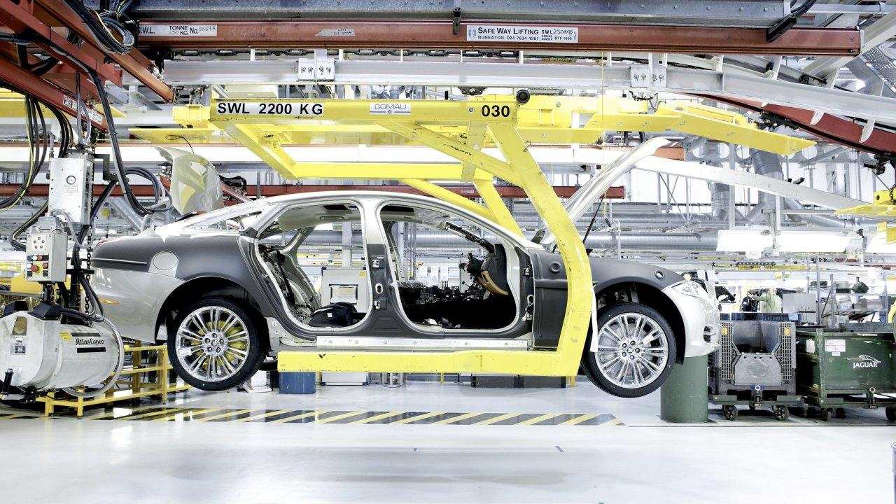 Výroba v továrně Jaguaru v Castle Bromwichi.
