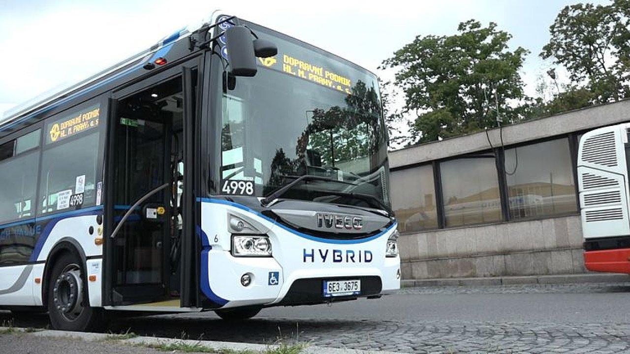 Praha testuje další hybridní autobus.