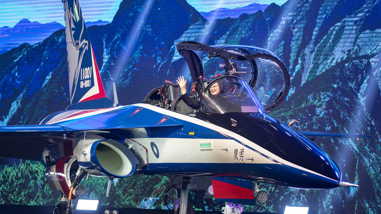 Dokokpitu letounu přezdívaného Statečný orel při úterní slavnostní ceremonii usedla i prezidentka Tchaj-wanu Cchaj Jing-wen.
