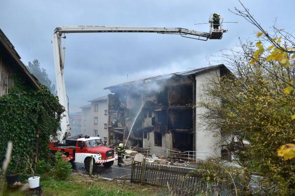 Hasiči evakuovali z domu 19 lidí.