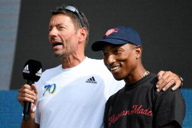 Šéf Adidasu Kasper Rorsted (vlevo) se zpěvákem Pharrellem Williamsem naslavnosti k70. výročí založení firmy, která se konala letos vsrpnu vbavorském Herzogenaurachu.