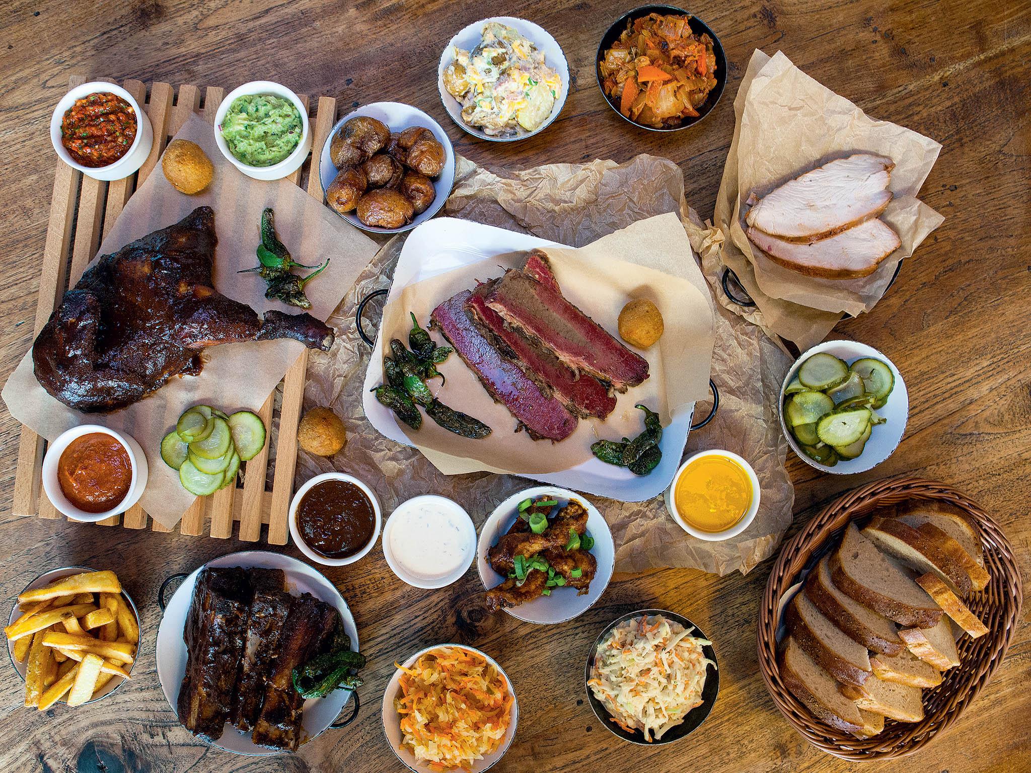 Vedle burgerů se restaurace zaměřuje na popularizaci amerického BBQ masa, které doprovází řada příloh a omáček.