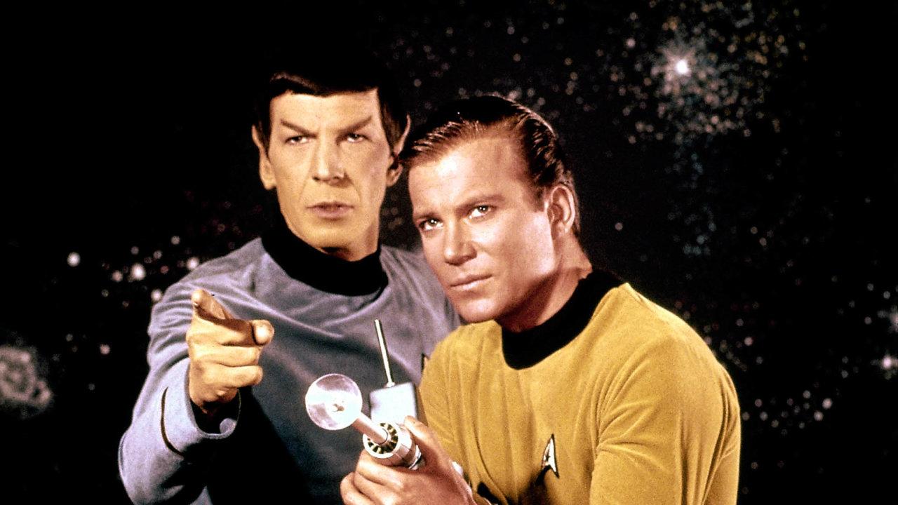 Nasnímku je William Shatner jako kapitán Kirk (vpravo) spředstavitelem Spocka, dnes již nežijícím Leonardem Nimoyem.