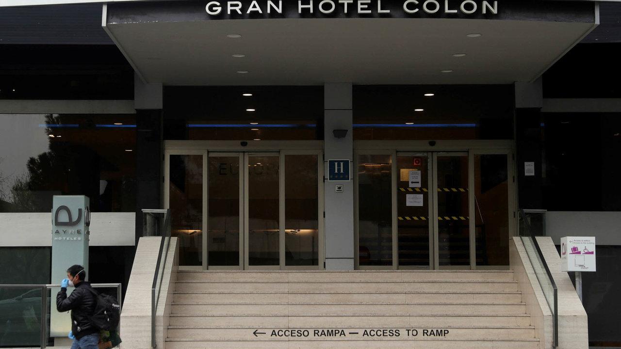Luxusní Gran Hotel Colón kousek odmadridského parku Retiro se proměnil vnemocnici. Lůžka napůvodních pokojích jsou určena pro lehčí případy choroby Covid-19, kterou vyvolává koronavirus.