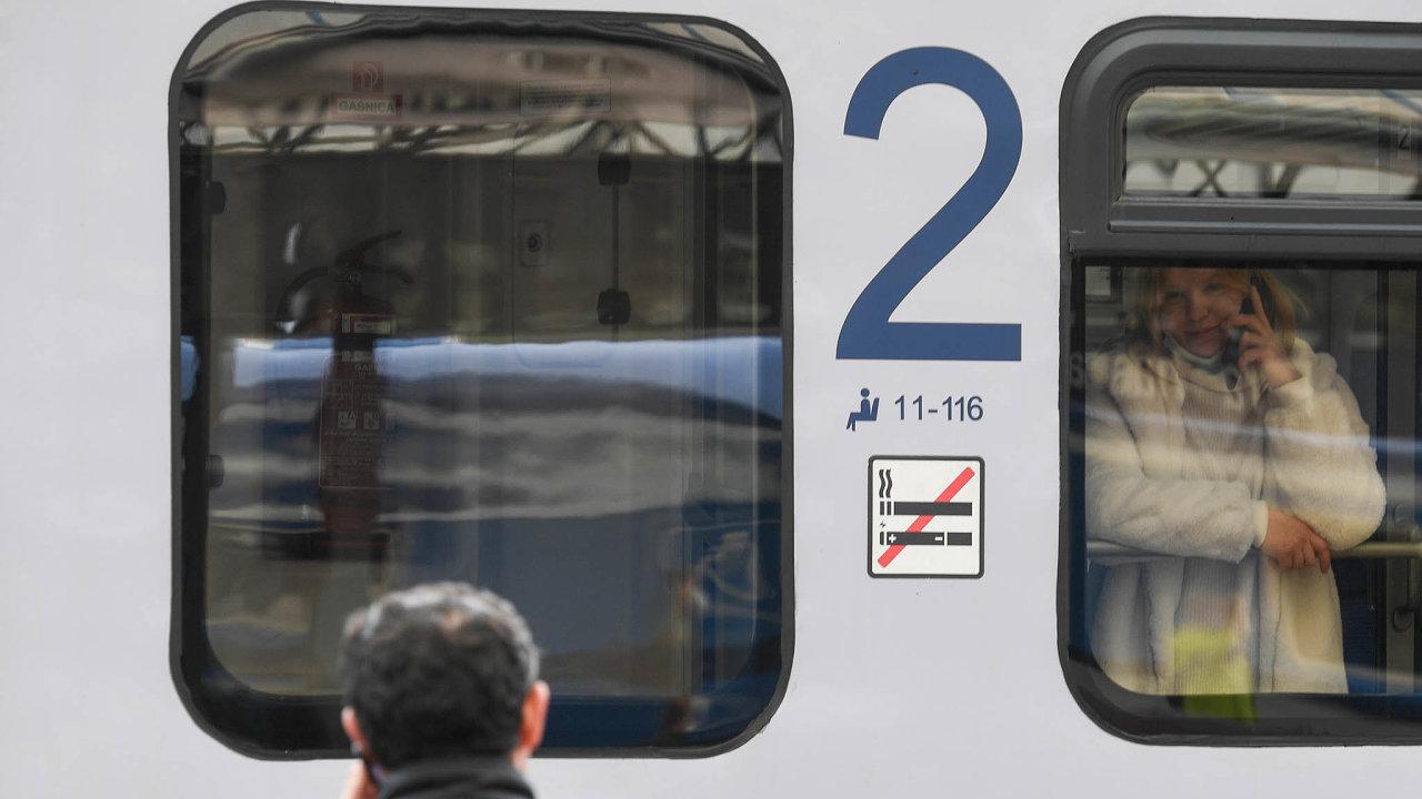 Rozděleni. Ukrajinští dělníci, kteří se nedostali dospeciálního vlaku vypraveného zPrahy, nevědí, kdy se opět shledají sblízkým.