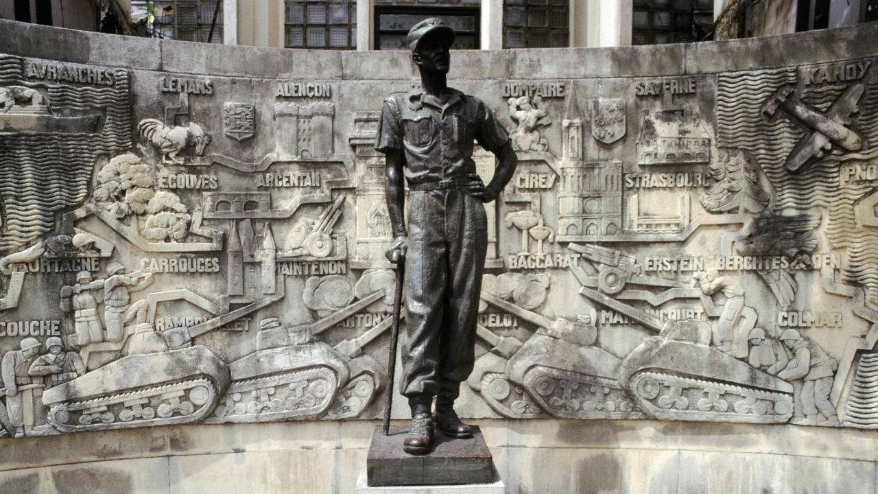 Vevíru oprav. Autority vkamerunské Douale mnohokrát zhanobenou sochu francouzského generála vždy opraví.