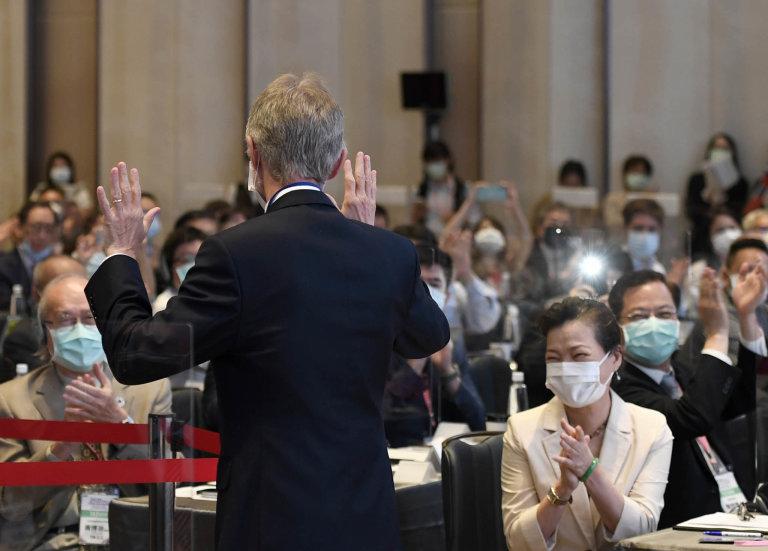 Šéf českého Senátu Miloš Vystrčil sklízí ovace posvé řeči napodnikatelském fóru vTchaj-peji. Vpravo dole mu tleská ministryně hospodářství Tchaj-wanu Wang Mej-chua.