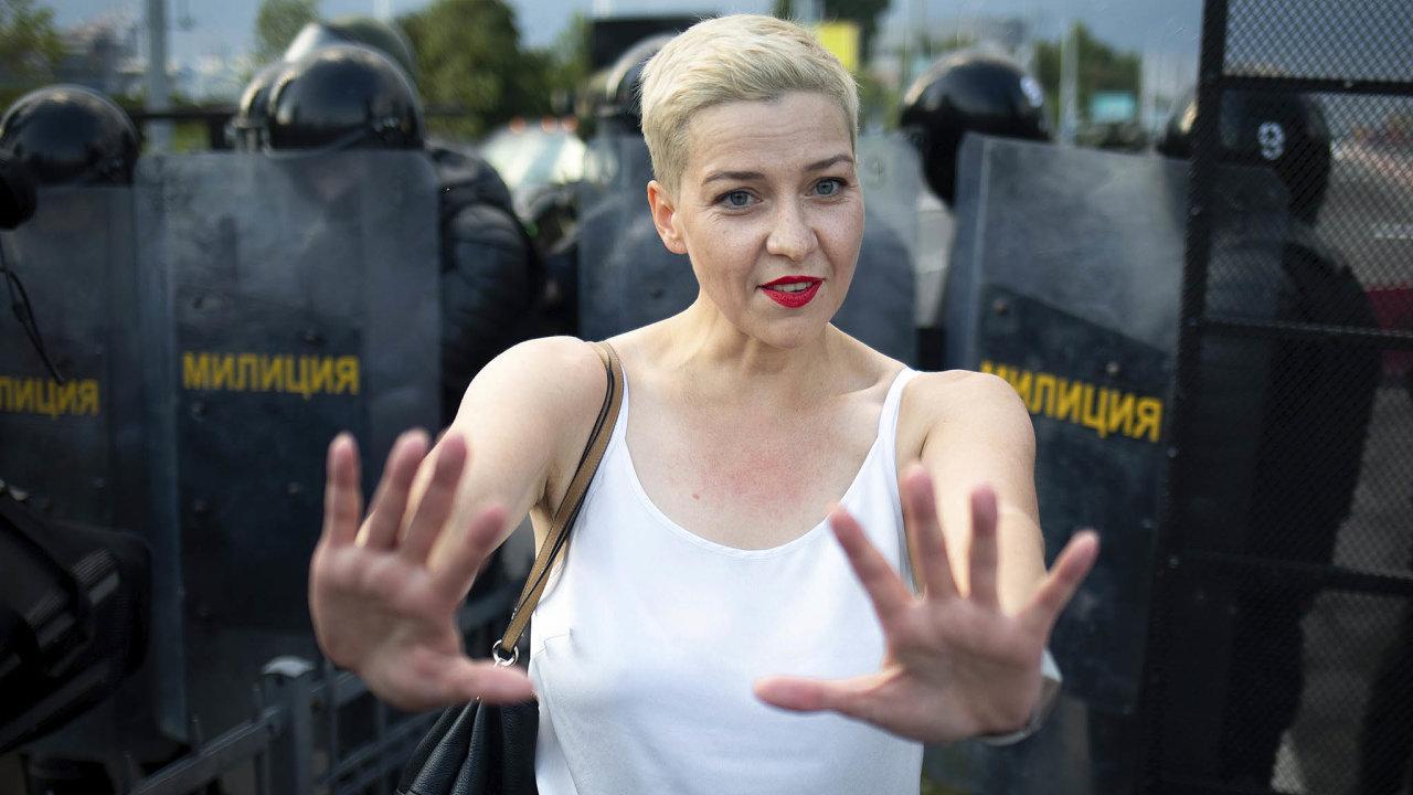 Běloruský server Tut.by sodvoláním nasvědka napsal, že včera neznámí lidé zadrželi vminském centru členku vedení opoziční Koordinační rady Maryju Kalesnikavovou (na snímku) a odvezli ji vdodávce pryč.