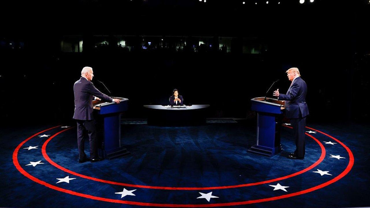 První debata mezi Donaldem Trumpem a Joe Bidenem byla plná osobních výpadů a urážek, druhá už probíhala klidněji.