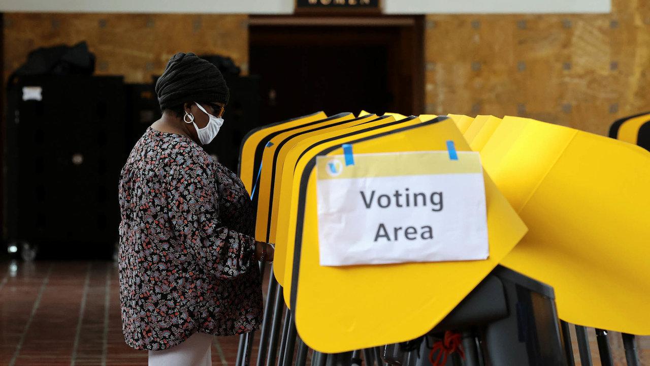 Američané mohou vprezidentských volbách hlasovat předčasně dvěma způsoby. Buď osobně, jako třeba prezident Donald Trump, který odevzdal svůj hlas minulý víkend na Floridě, nebo korespondenčně.