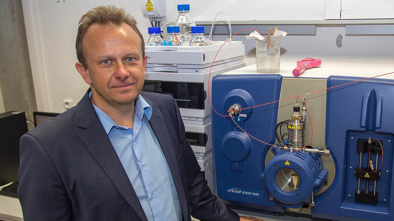 Na začátku byl nápad profesora Michala Holčapka, že zdravá anádorová buňka se musí svou strukturou lišit.