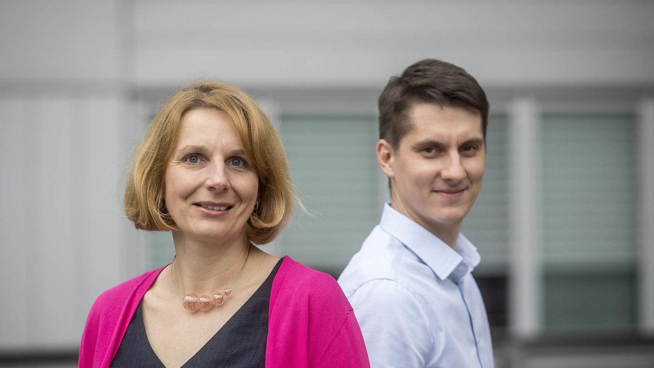Jana Hrabětová aMiroslav Ženíšek se venergetické společnosti E.ON starají ozdokonalování zákaznických cest. Jejich vylepšení procesu nového připojení kodběru elektřiny se právě zavádí.