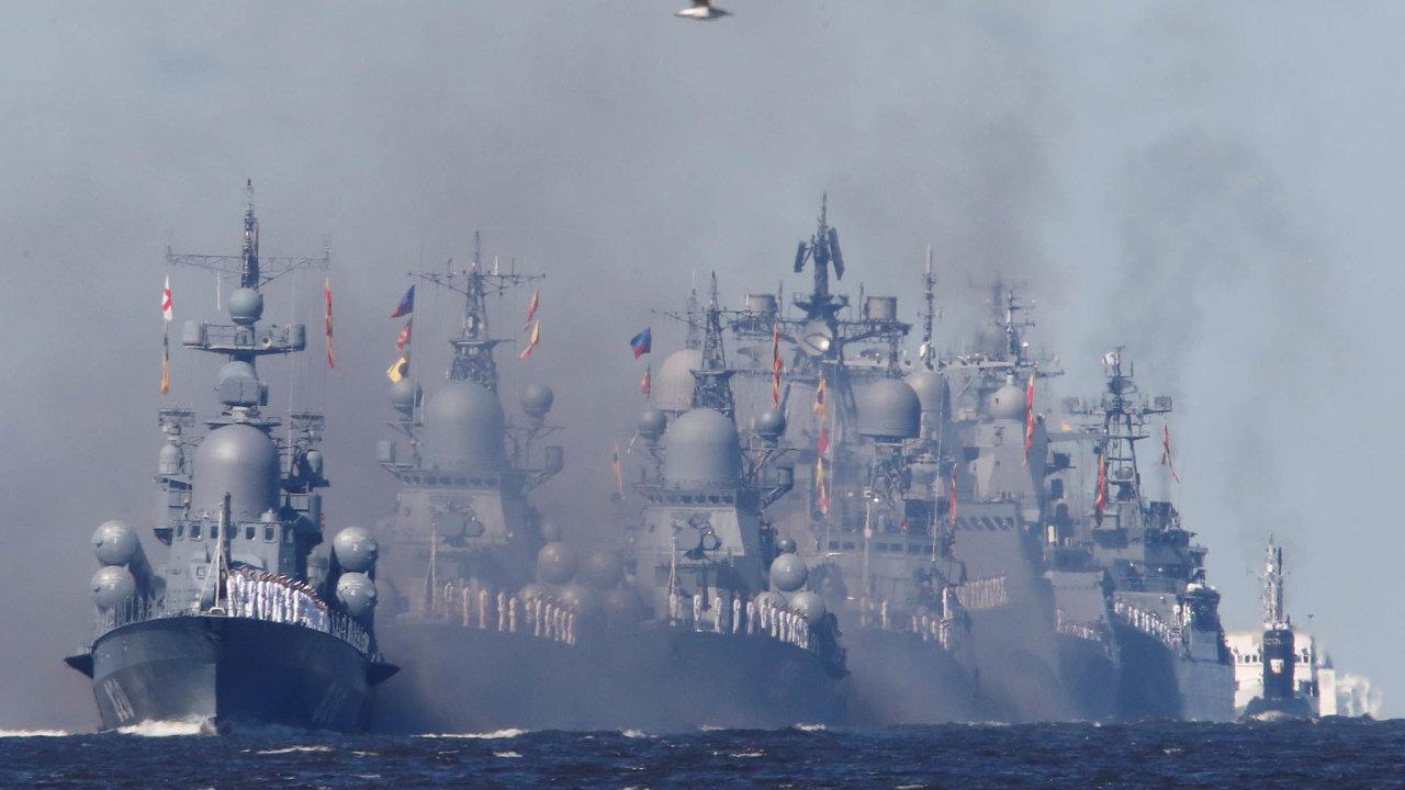 Ruské válečné lodě při přehlídce v Kronštatu u Petrohradu na Baltu v létě 2020.