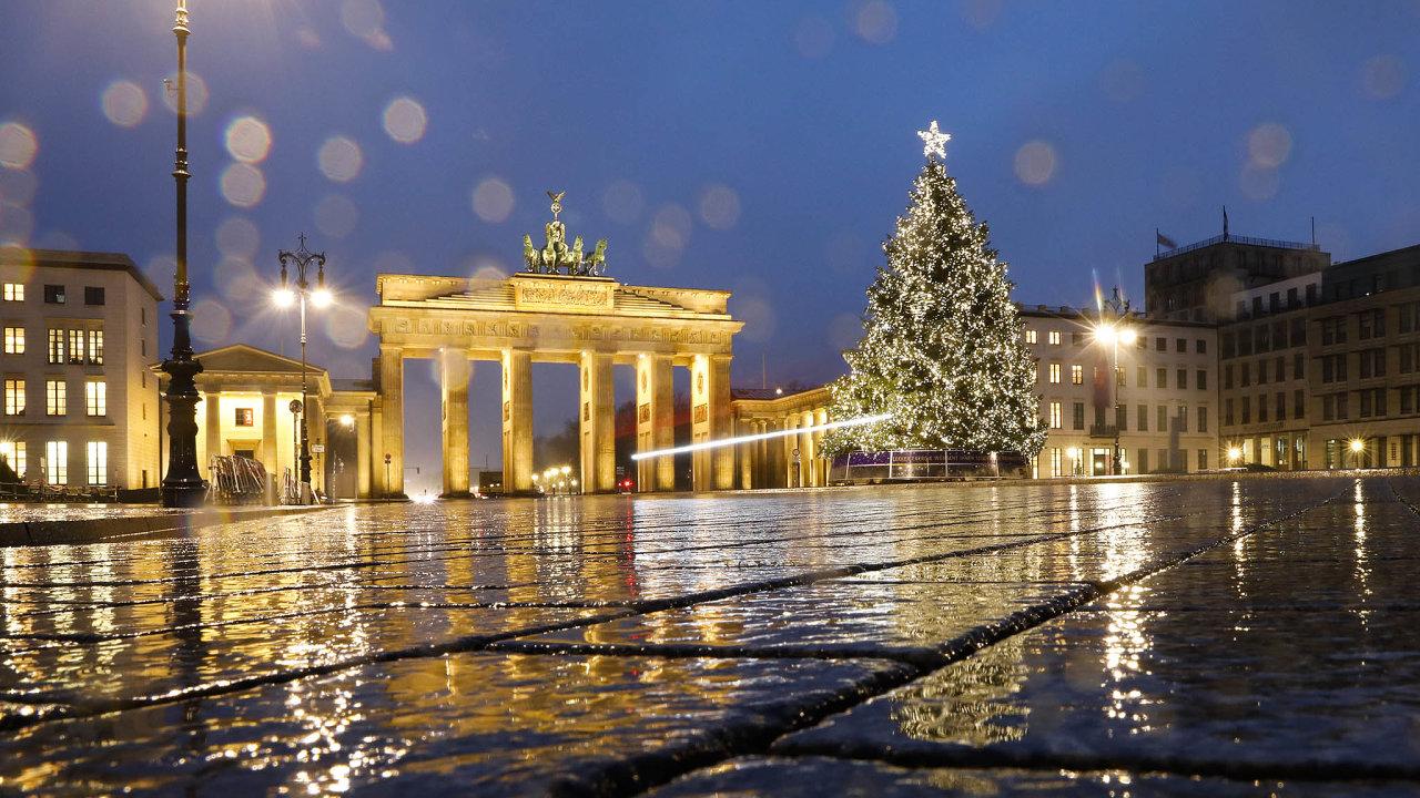 Náměstí Pariser Platz a prostranství před Braniborskou bránou v Berlíně zeje pár dní před Vánoci prázdnotou. Přísná omezení v Německu platí už od 16. prosince.