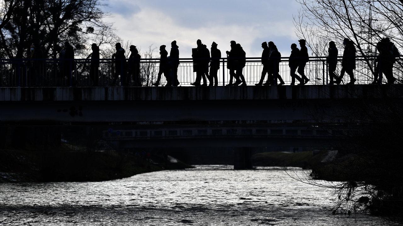 V centru Valašského Meziříčí se 24. ledna 2021 vydaly zhruba dvě stovky lidí na protestní pochod za spravedlivé vyšetření loňské otravy řeky Bečvy.