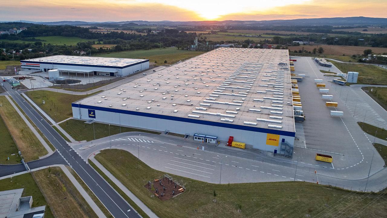 Další prostory. Nová stavba, která se spojí stouto stávající, zvýší rozlohu skladu o30 tisíc metrů na103tisíc metrů čtverečních.