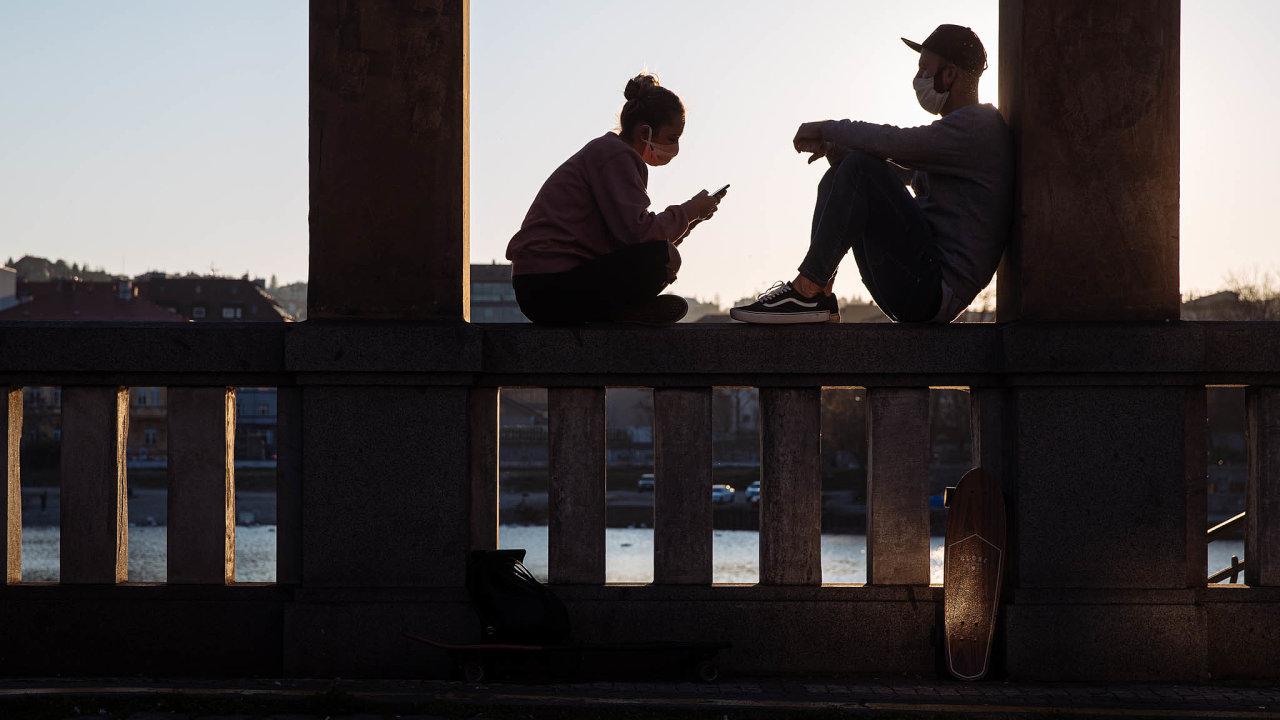Hledání partnerů se vkoronavirové éře velmi ztížilo. Seznamovací weby aaplikace mohou vtéto době pomoci, psychologové však radí nezanedbat fázi osobního oťukávání, jakkoliv je to dnes složité.