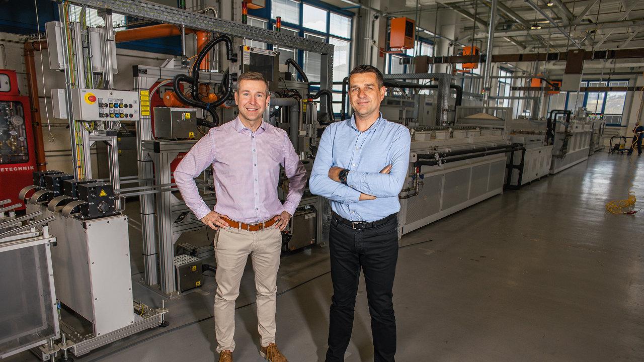 Milan Máša (vlevo) a Marian Michlíček vyrábějí v Jevíčku na Moravě žiletky, které vyvážejí do celého světa.