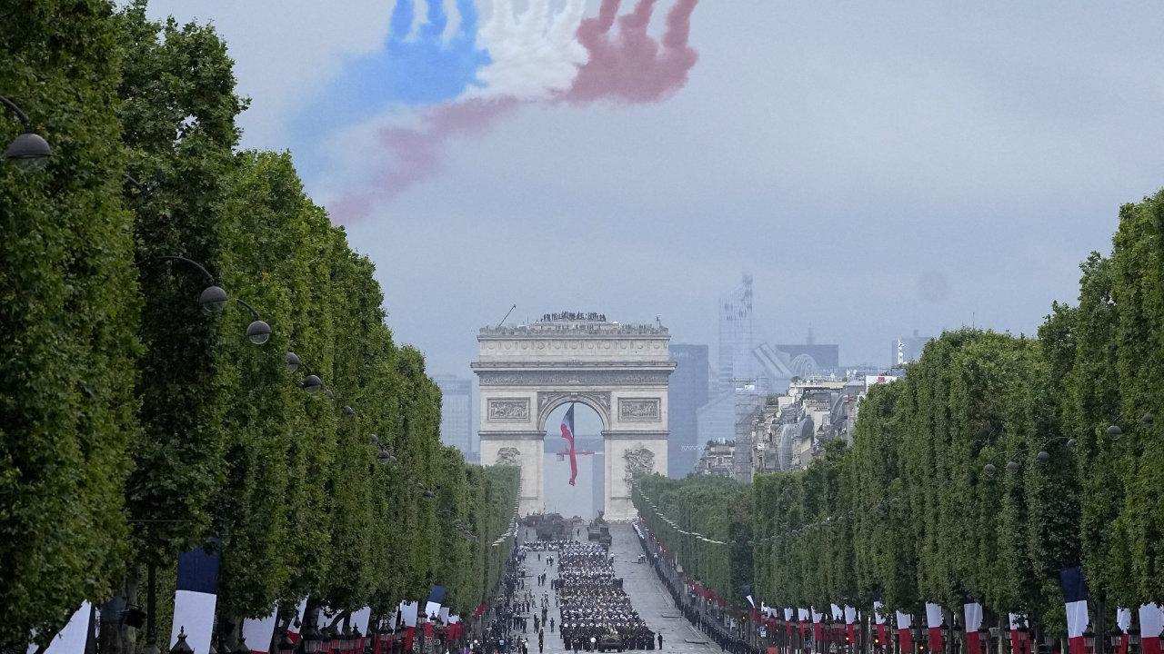 Vojenská přehlídka v Champs-Élysées v Paříži.