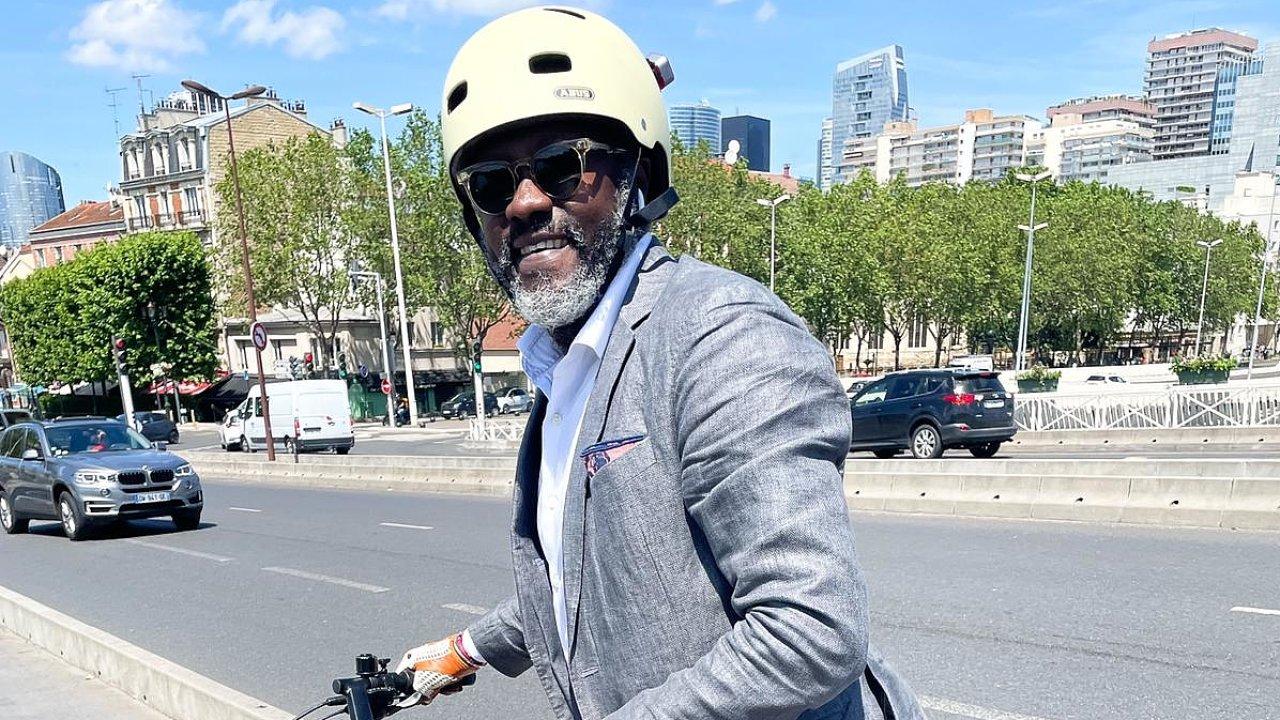 Pařížan Pierre Yameogo platí každý měsíc 20 eur azatři roky bude elektrokolo jeho. Zbytek ceny zaněj zaplatí jeho zaměstnavatel, který si následně svou podporu odečte zdaní.