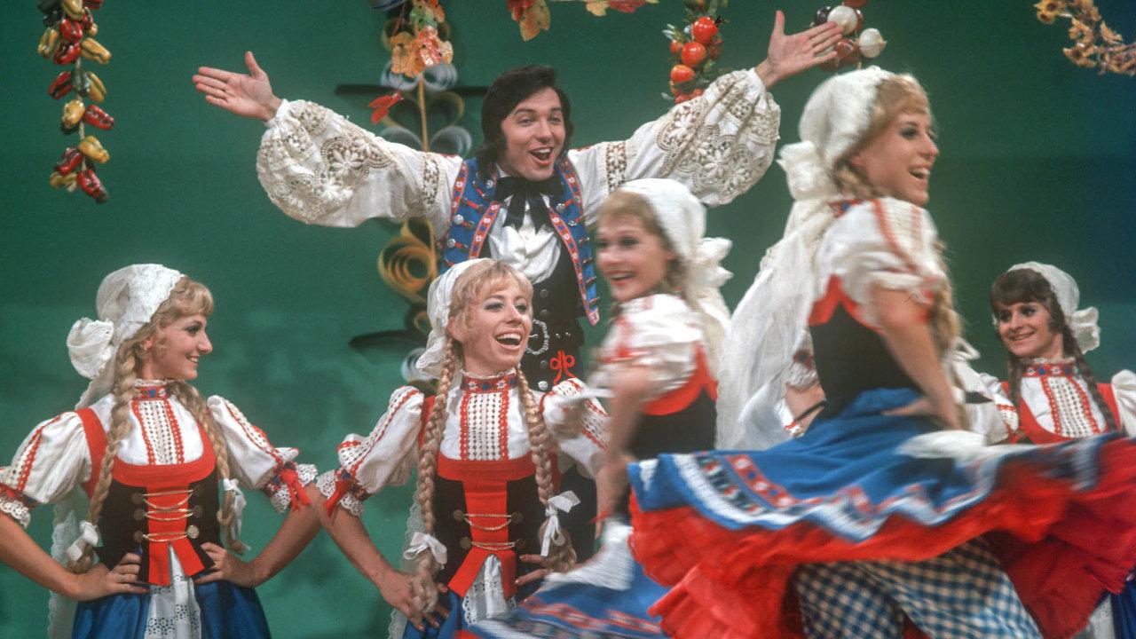 Zpěvák Karel Gott stanečníky baletu západoněmecké televize ZDF natáčí silvestrovskou show. Blíží se konec roku 1971, vČeskoslovensku se rozjela normalizace.