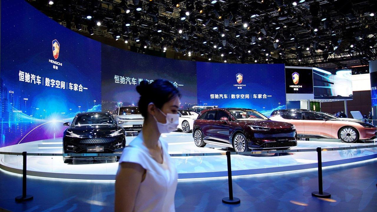 Vozy značky Hengchi, která patří divizi elektromobilů konglomerátu Evergrande, na dubnovém autosalonu v Šanghaji.