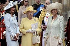 Žádná černá a schovat ramena. Pravidla, která svazují šatník královny Alžběty II.