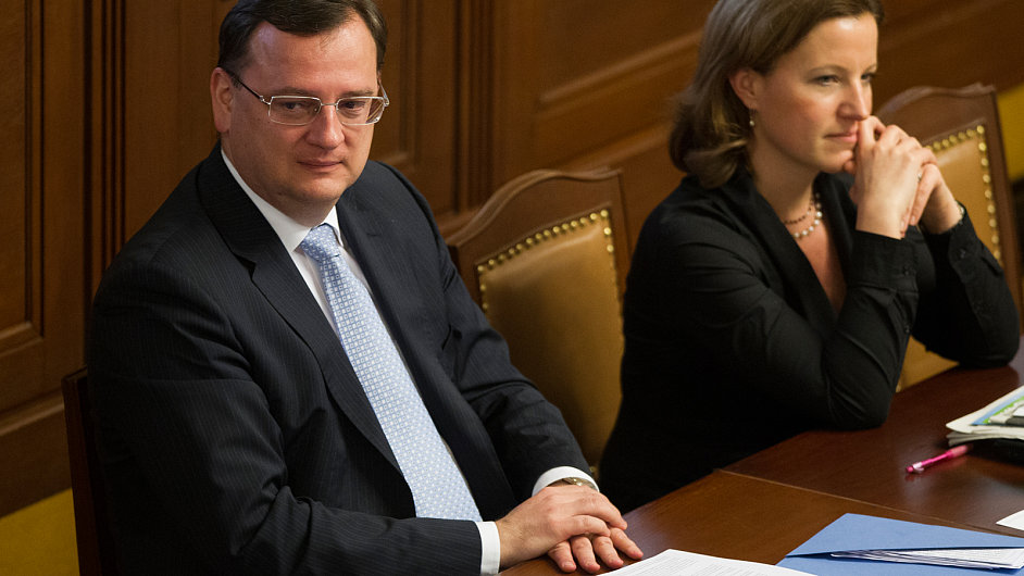 Premiér Petr Nečas (ODS) a vicepremiérka Karolína Peake (LIDEM)