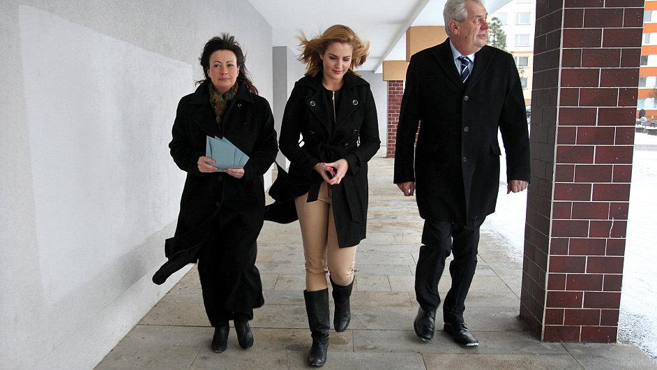Miloš Zeman s dcerou Kateřinou (uprostřed) a manželkou Ivanou
