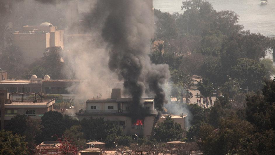 Ze zapáleného sídla egyptské fotbalové federace se šíří kouř a oheň