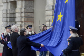 Zemanovy cesty na fotografiích. Jak vyvěsil na Hradě vlajku EU a v Číně se učil stabilizovat společnost