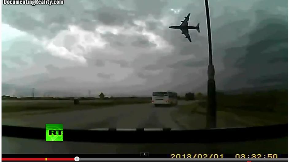Záběr kamery řidiče, který se stal svědkem zřícení Boeingu 737