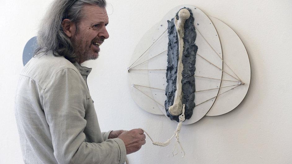 Podle svého kurátora se Jiří David soustředí na základní otázky o smyslu umění.