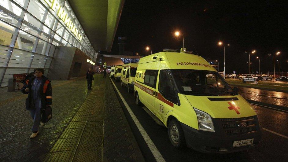 Sanitky dorazily na letiště v Kazani po havárii letounu, která si vyžádala 50 obětí