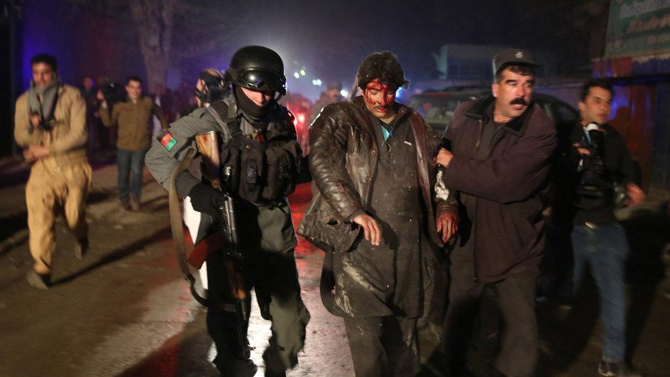 Afghánské bezpečnostní složky odvádí zraněného muže do bezpečí