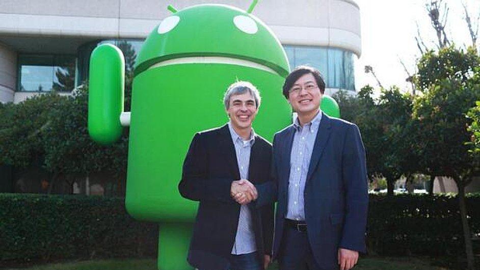 Larry Page, šéf Googlu, a Yang Yuanqing, výkonný ředitel Lenova, po uzavření smlouvy