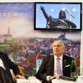 Prezident Milo� Zeman a �esk� velvyslanec v ��n� Libor Se�ka nav�t�vili 24. ��jna expozici �esk� republiky na Z�pado��nsk�m mezin�rodn�m veletrhu v �cheng-tu.