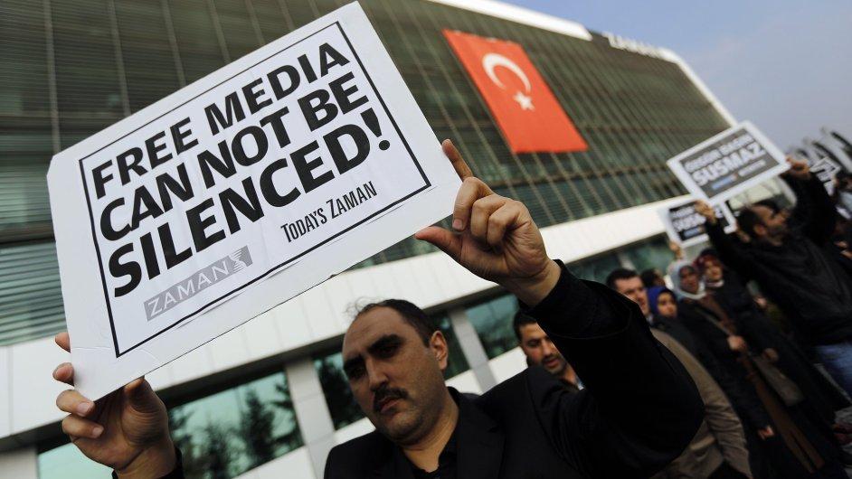 Protest proti policejnímu zátahu proti tureckým médiím