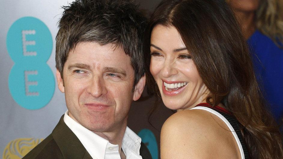 Noel Gallagher se svou ženou Sarou MacDonaldovou na udílení britských filmových cen BAFTA.