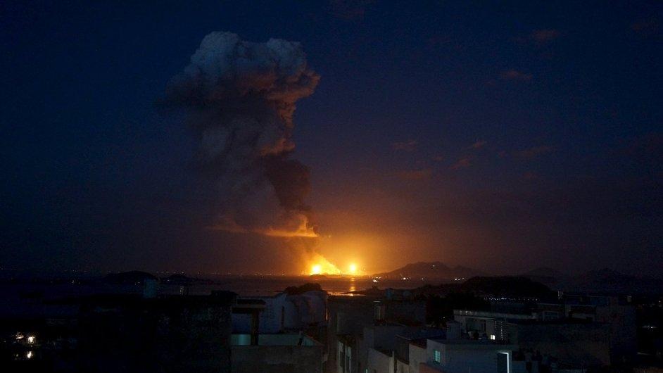 Mohutná exploze otřásla chemickou továrnou v Číně.