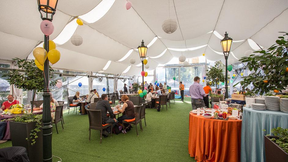 V restauraci Žofín Garden se konají svatby i zahradní party, chodí se sem na lehké obědy i letní večeře.