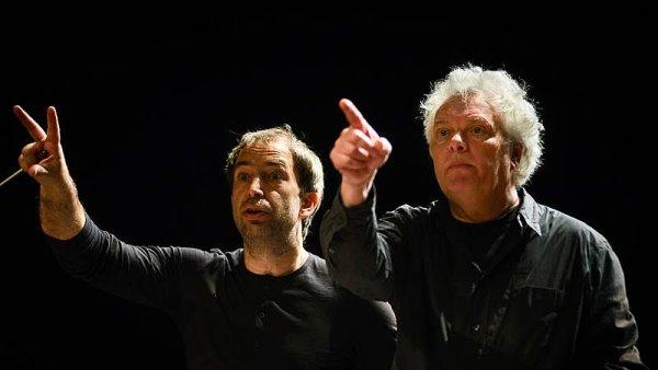 Šéfdirigent Orchestru Berg Peter Vrábel (vlevo) a skladatel Heiner Goebbels