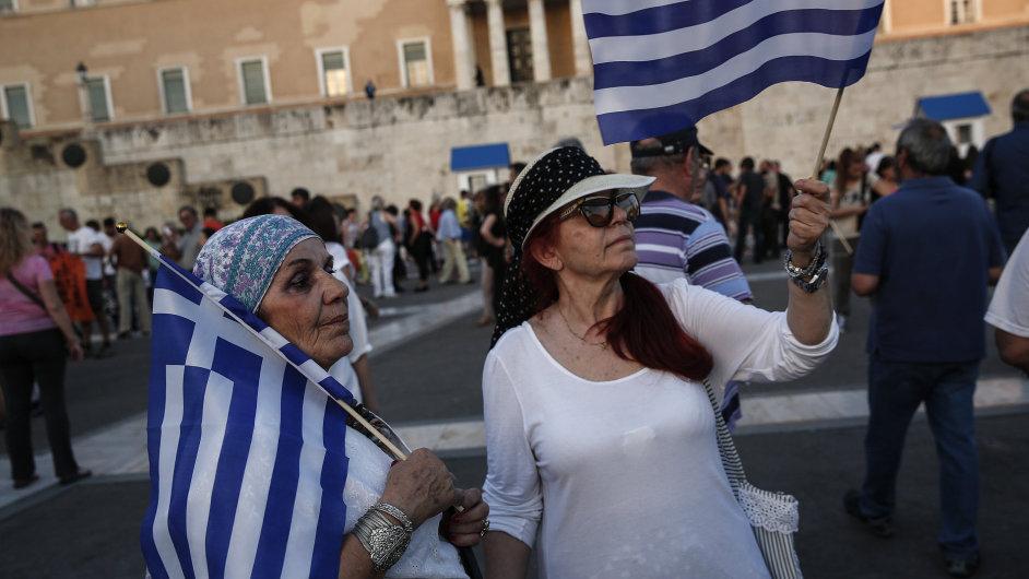 Demonstranti v Aténách nesli na středečním protestu proti úsporným opatřením řecké vlajky.