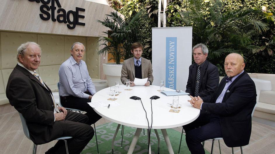 Zleva: Vladimír Štěpán (Enas), Ladislav Musil (Český plynárenský svaz, moderátor Petr Lukáč (HN), Jan Zaplatílek (ministerstvo průmyslu a obchodu) a Hugo Kysilka (Vemex).